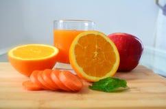 Verlierendes Gewicht, frische Früchte und ein Orangensaft Lizenzfreie Stockfotos