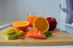 Verlierendes Gewicht, frische Früchte und ein Orangensaft Stockfoto