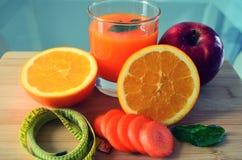 Verlierendes Gewicht, frische Früchte und ein Orangensaft Stockfotografie