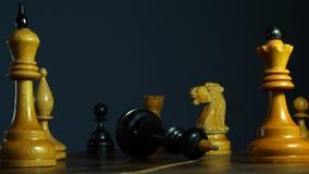 Verlies of ontbreek in bedrijfs of schaakspel Raad en dalende koning stock video
