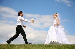 Verlobtes trägt den Blumenstrauß lizenzfreie stockfotos