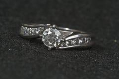 Verlobungsring auf Schwarzem Stockfotografie