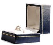 Verlobungsring in einem Kasten Lizenzfreie Stockfotos