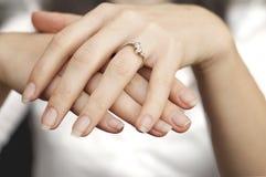 Verlobungsring in einen Finger Stockbild
