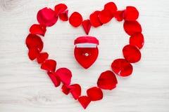 Verlobungsring, Herz, Kalender am 14. Februar ein Geschenk für Valent Lizenzfreie Stockfotografie