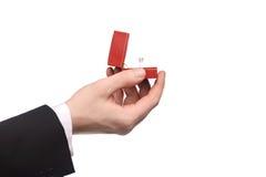 Verlobungsring in seiner Hand Lizenzfreie Stockbilder
