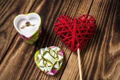 Verlobungsring und handgemachtes rotes Herz Stockbild
