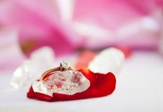 Verlobungsring und roher Diamant Stockfotos