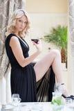 Verlockende blonde Aufstellung mit Glas Wein Lizenzfreies Stockbild