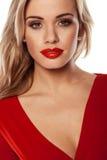 Verlockende Blondine im roten Kleid Stockfotos