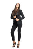 Verlockende elegante Schönheit im schwarzen Anzug, der Kragen mit Kopf hält, lehnte sich zurück Lizenzfreies Stockfoto