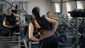 Verlockende Frau arbeiten gegenüber Spiegel aus stock video