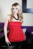 Verlockende Frau in der roten Rohr-Spitze und in den schwarzen kurzen Hosen stockfoto