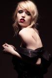 Verlockende Frau, die weg von der Schulter-Schwarz-Mode trägt Lizenzfreie Stockfotografie