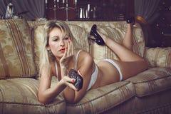 Verlockende Frau gebohrt durch Fernsehen Lizenzfreie Stockfotografie