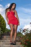 Verlockende Frau im roten Kleid Stockfoto