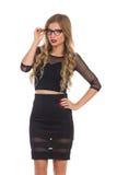 Verlockende Frau im schwarzen Kleid und in den Gläsern Stockfotos