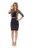 Verlockende Frau im schwarzen Kleid und in den Gläsern Stockfoto