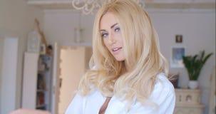 Verlockende Frau im weißen Hemd, das Kamera betrachtet Lizenzfreie Stockfotografie