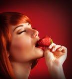 Verlockende Frau mit Erdbeere Lizenzfreie Stockfotografie