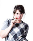 Verlockende junge Frau mit einer Kirsche Stockbilder