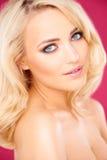 Verlockende schöne junge blonde Frau Stockfotografie