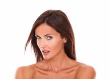 Verlockende schöne weibliche schauende Kamera Lizenzfreie Stockfotos