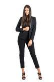Verlockende sinnliche elegante Geschäftsschönheit im schwarzen Anzug, der an der Kamera aufwirft Lizenzfreie Stockbilder