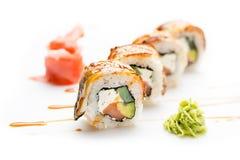 Verlockende Sushirollen mit Aal, Avocado und Gurke und Philadelphia-Käse Getrennt Sushi-Rolle auf einem weißen Hintergrund Lizenzfreies Stockbild