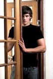 Verlockender Mann in der Tür Stockbilder