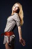 Verlockendes Art und Weiseportrait der jungen Frau auf Dunkelheit Stockbilder