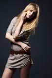 Verlockendes Art und Weiseportrait der jungen Frau auf Dunkelheit Lizenzfreie Stockfotos