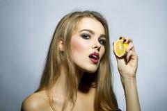 Verlockendes blondes Mädchenporträt mit Orange Lizenzfreies Stockbild