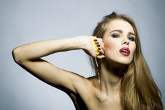 Verlockendes blondes Mädchenporträt mit Orange Stockfoto