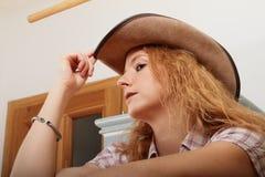 Verlockendes Cowboymädchen Stockfoto