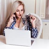 Verlockendes junges blondes Unterhaltungstelefon und Arbeiten der Geschäftsfrau Lizenzfreie Stockbilder