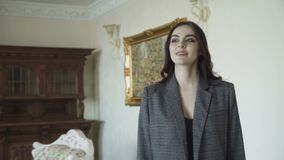 Verlockendes nettes Modell geht für die Werbung der teuren Kleidung 4K stock video