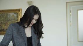 Verlockendes nettes Modell wirft für die Werbung der teuren Kleidung auf 4K stock video footage