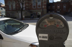 Verlopen parkeermeter met geparkeerde auto Stock Foto's