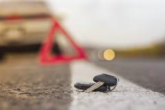 Verloren autosleutels op de gevallen naalden van blauwe sparren achteronduidelijk beeldachtergrond bokeh royalty-vrije stock foto