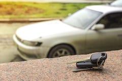 Verloren autosleutels op de gevallen naalden van blauwe sparren achteronduidelijk beeldachtergrond bokeh royalty-vrije stock foto's