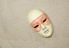 Verloren ceramisch masker op het zand Stock Foto's