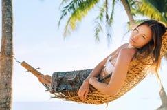 Verloren in dromenmeisje het slingeren in hangmat royalty-vrije stock fotografie