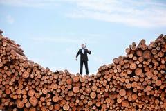 Verloren en verwarde Kaukasische bedrijfsmens ergens Stock Foto