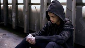 Verloren im Lebenjugendlichen, der in verlassenem Haus, Entweichen vom Haus, schlechtes Benehmen sitzt stockfotos