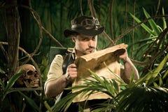 Verloren ontdekkingsreiziger die een kaart onderzoeken Stock Foto's