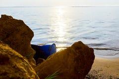 Verloren plastic blauw vat op zandig strand royalty-vrije stock fotografie