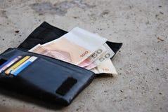 Verloren portefeuille, geld en document op de manier Stock Afbeelding