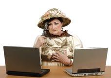 Verloren in time oude vrouw die het nieuws op laptop lezen Royalty-vrije Stock Foto
