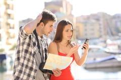 Verloren toeristen die locarion online proberen te vinden stock foto